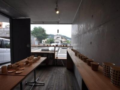 1Fは絵画や陶芸等の展示やイベントスペース (ギャラリーのある家)