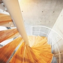 1階から3階まで螺旋階段によって繋がっている