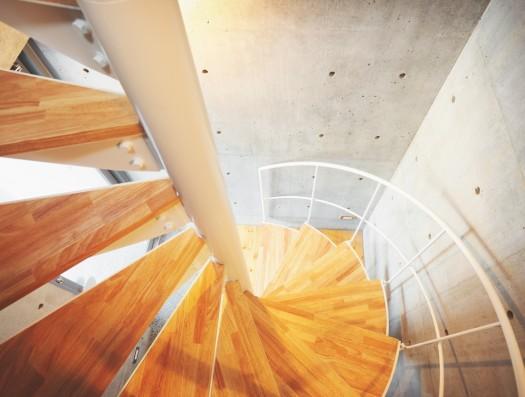 ギャラリーのある家の部屋 1階から3階まで螺旋階段によって繋がっている