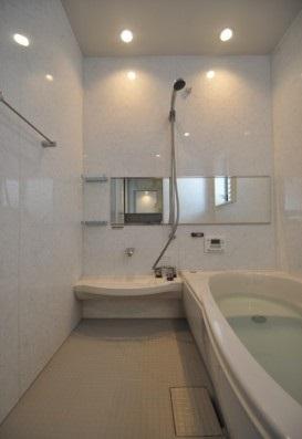 ギャラリーのある家の部屋 落ち着きのあるバスルーム