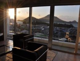 オーシャンビューの家 (窓から海が見えるリビング)