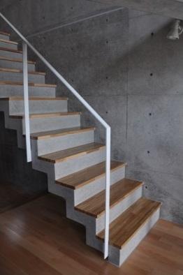 オーシャンビューの家の部屋 コンクリートの階段