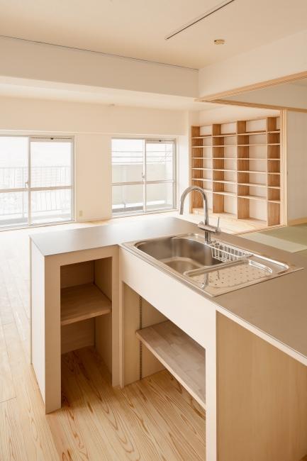 東京都大田の家の写真 造作のオープンキッチンと本棚のあるLDK