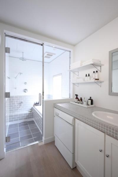 ガラス張りで浴室と洗面所の開放感が生まれる (M邸)