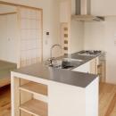 ステンレス天板のオープンキッチン
