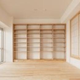 東京都大田の家 (杉無垢板の床と造作本棚のあるリビング)