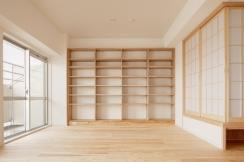 東京都大田の家の写真 杉無垢板の床と造作本棚のあるリビング