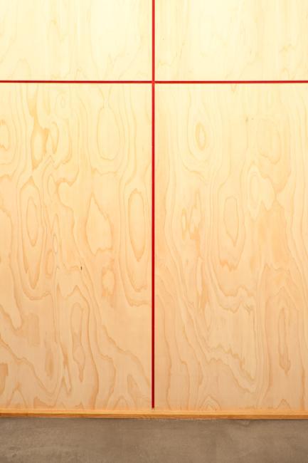 埼玉県さいたま市の家の部屋 赤いリボンの目透しがアクセントの玄関の壁