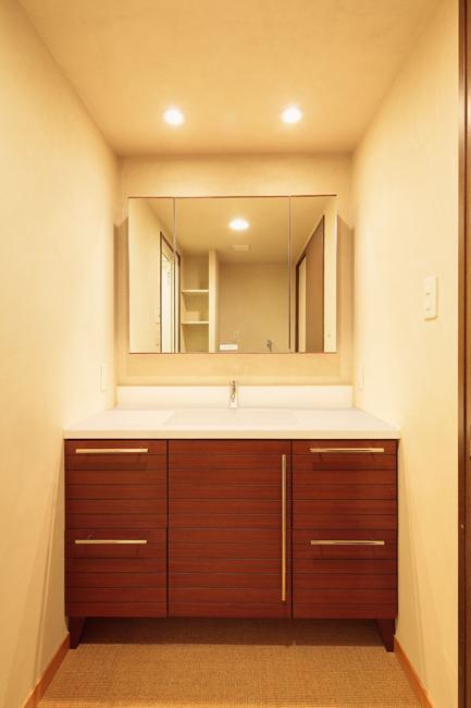 埼玉県さいたま市の家の部屋 サイザル麻に合わせたアースカラーの漆喰壁のある洗面室