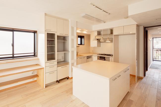 埼玉県さいたま市の家の部屋 アイランドカウンターのあるL型キッチン