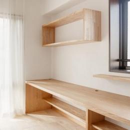 埼玉県さいたま市の家 (造作のカウンターと棚のあるリビング)