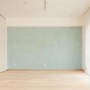 無垢材の床と水色の漆喰の壁