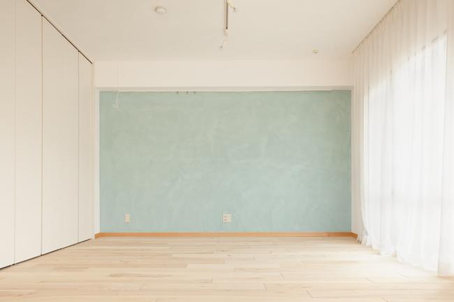 埼玉県さいたま市の家の部屋 無垢材の床と水色の漆喰の壁