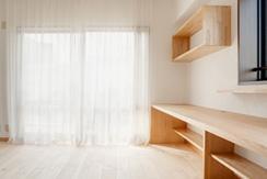 埼玉県さいたま市の家の部屋 造作のカウンターと棚のあるリビング