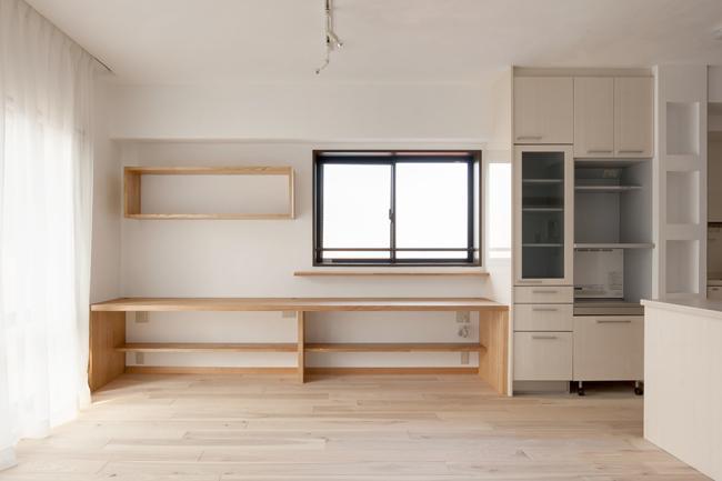 埼玉県さいたま市の家の部屋 無垢板の床と漆喰壁のリビング