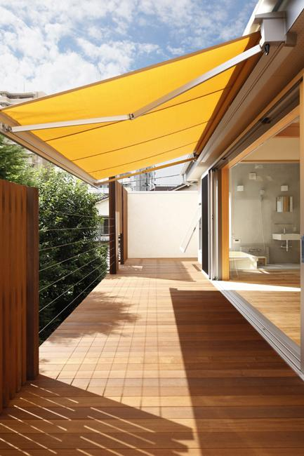 東京都千住の家の写真 広々としたウッドデッキのバルコニー