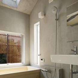 天窓のある開放的な浴室