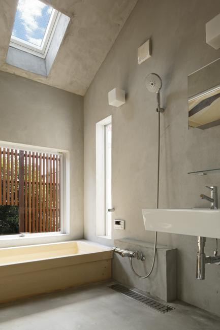 東京都千住の家の写真 天窓のある開放的な浴室