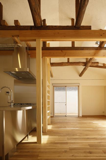 東京都千住の家の写真 梁と天然材の床が調和したLDK
