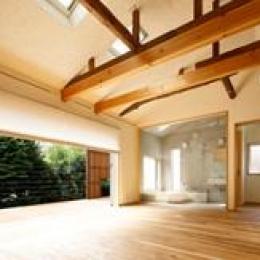 東京都千住の家 (梁と天然材の床が調和した大開口のLDK)