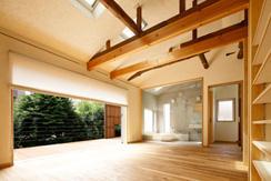 東京都千住の家の写真 梁と天然材の床が調和した大開口のLDK