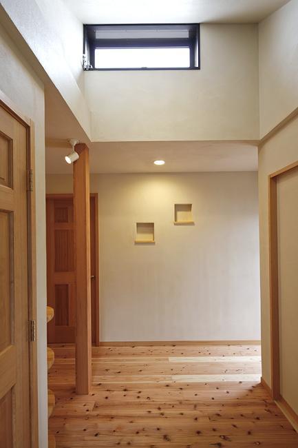 東京都練馬の家の部屋 天窓と飾り棚のある空間