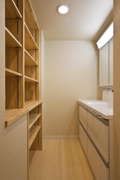 埼玉県さいたまの家の部屋 収納棚のある洗面エリア