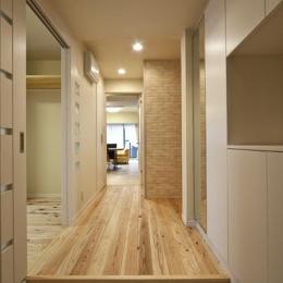 埼玉県さいたまの家 (玄関ホールから廊下とLDKを望む)