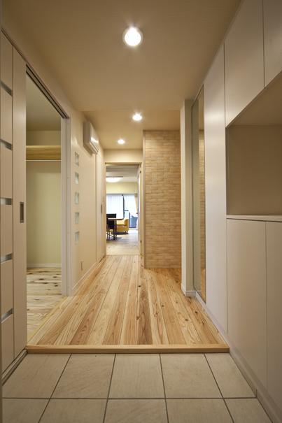 埼玉県さいたまの家の写真 玄関ホールから廊下とLDKを望む