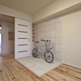 埼玉県さいたまの家 (自転車の置けるタイル貼りのコーナーがある洋室)