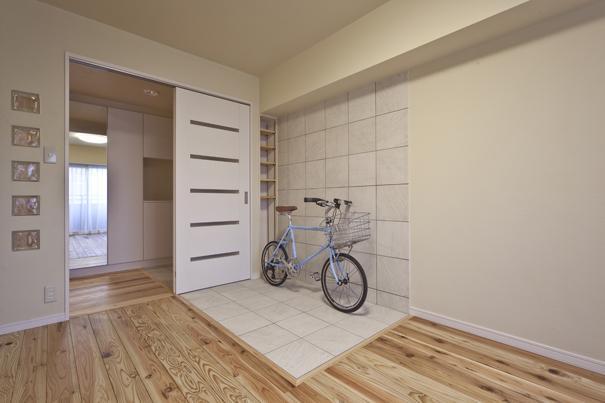 埼玉県さいたまの家の部屋 自転車の置けるタイル貼りのコーナーがある洋室