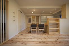 埼玉県さいたまの家の部屋 杉の無垢材と造作家具のあるLDK