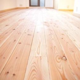 東京都世田谷の家・杉の無垢材と漆喰に包まれた家族が繋がる温かな住空間 (温もりある杉の無垢材の床)