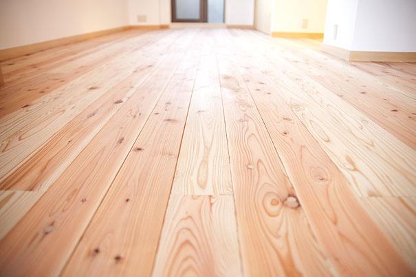 東京都世田谷の家・杉の無垢材と漆喰に包まれた家族が繋がる温かな住空間の部屋 温もりある杉の無垢材の床
