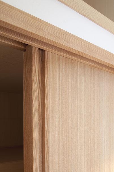 東京都世田谷の家・杉の無垢材と漆喰に包まれた家族が繋がる温かな住空間の部屋 天然材の引き戸