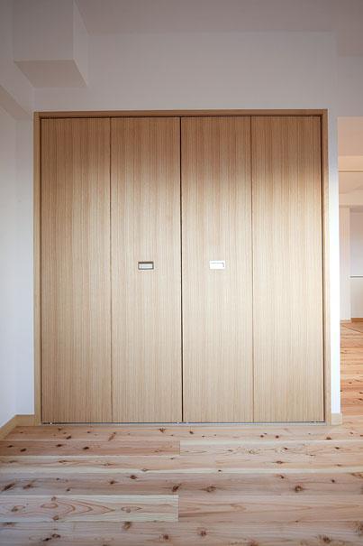 東京都世田谷の家・杉の無垢材と漆喰に包まれた家族が繋がる温かな住空間の部屋 クローゼット