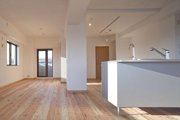東京都世田谷の家・杉の無垢材と漆喰に包まれた家族が繋がる温かな住空間の部屋 天然無垢材を使ったLDK 2