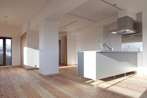 東京都世田谷の家・杉の無垢材と漆喰に包まれた家族が繋がる温かな住空間の部屋 天然無垢材を使ったLDK 1