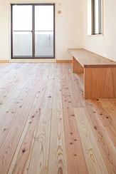 東京都世田谷の家・杉の無垢材と漆喰に包まれた家族が繋がる温かな住空間の部屋 杉の床とリビングのカウンター