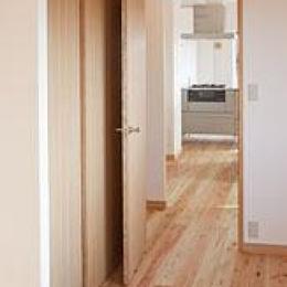 東京都世田谷の家・杉の無垢材と漆喰に包まれた家族が繋がる温かな住空間 (リビングに繋がる可変性のある洋室)
