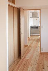東京都世田谷の家・杉の無垢材と漆喰に包まれた家族が繋がる温かな住空間の部屋 リビングに繋がる可変性のある洋室