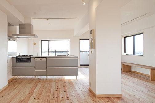 東京都世田谷の家・杉の無垢材と漆喰に包まれた家族が繋がる温かな住空間の部屋 杉の無垢材と漆喰壁に包まれたLDK