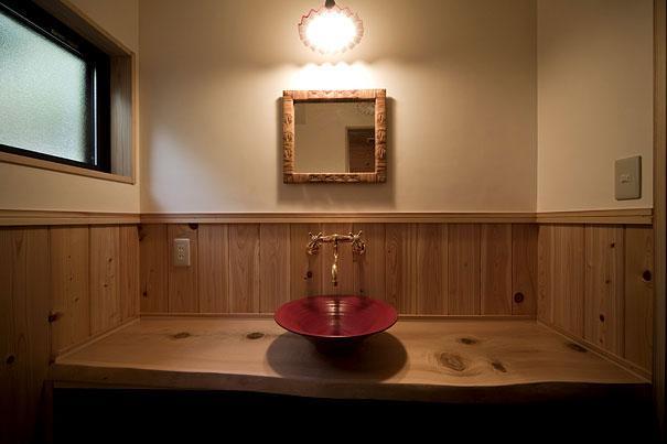 埼玉県日高の家・保田與重郎邸をイメージした和の魅力が溢れる家の部屋 天然無垢材を使ったカウンターのある洗面エリア