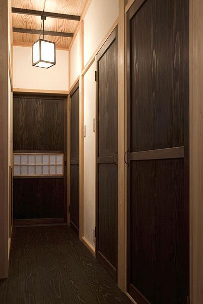 埼玉県日高の家・保田與重郎邸をイメージした和の魅力が溢れる家の部屋 秋田杉の突板を使用した扉