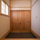 天然素材の引き戸のある重厚な玄関