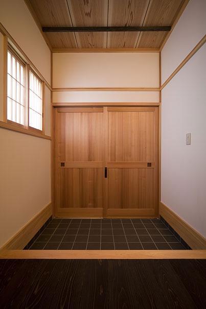 埼玉県日高の家・保田與重郎邸をイメージした和の魅力が溢れる家の部屋 天然素材の引き戸のある重厚な玄関