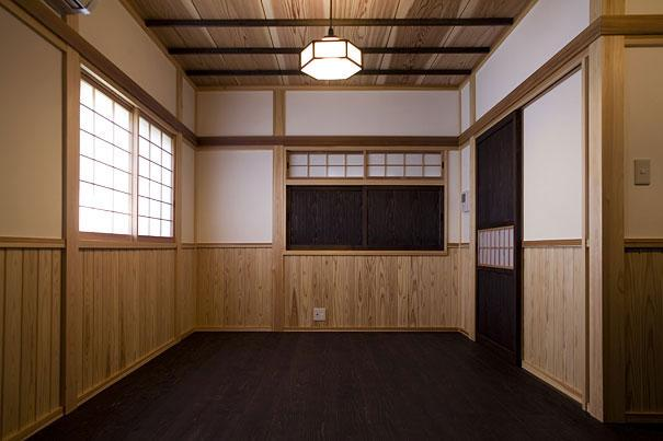 埼玉県日高の家・保田與重郎邸をイメージした和の魅力が溢れる家の部屋 和の魅力が溢れる板間