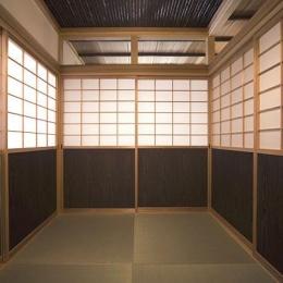 埼玉県日高の家・保田與重郎邸をイメージした和の魅力が溢れる家 (障子戸で仕切られた和室)