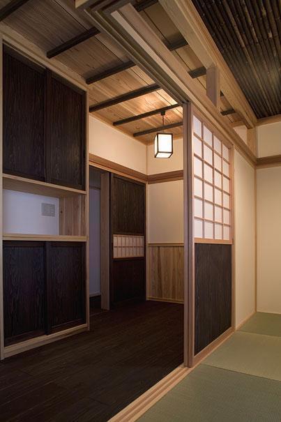 埼玉県日高の家・保田與重郎邸をイメージした和の魅力が溢れる家の部屋 和室と板間の繋がり 3