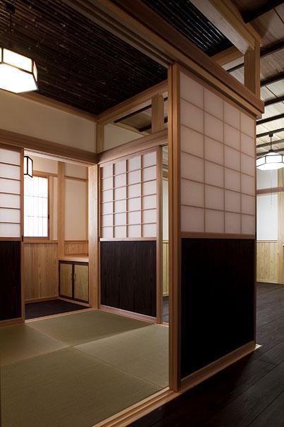 埼玉県日高の家・保田與重郎邸をイメージした和の魅力が溢れる家の部屋 和室と板間の繋がり 2